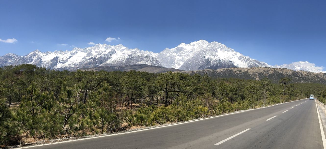 Der Jadedrachenschneeberg von Süden, man radelt von Lijiang aus 50 km entlang   -   The Yulong Xue Shan: The cycling route from Lijiang is around 50 km long