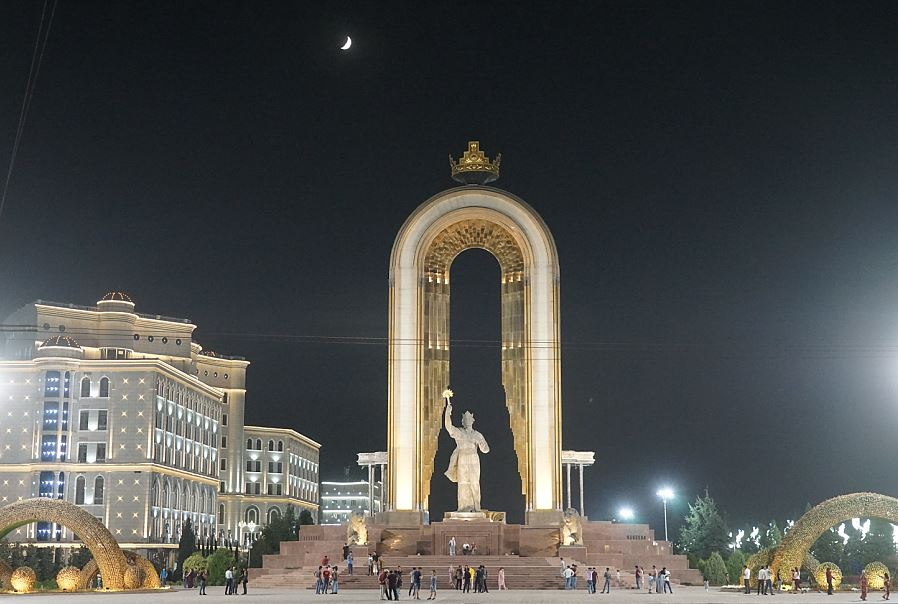 Statue des Gründers von Tajikistan, Ismoil Somoni am Maydani Azadi (Freiheitsplatz)   -  Monument of Ismail Somoni, founder of the state of Tajikistan