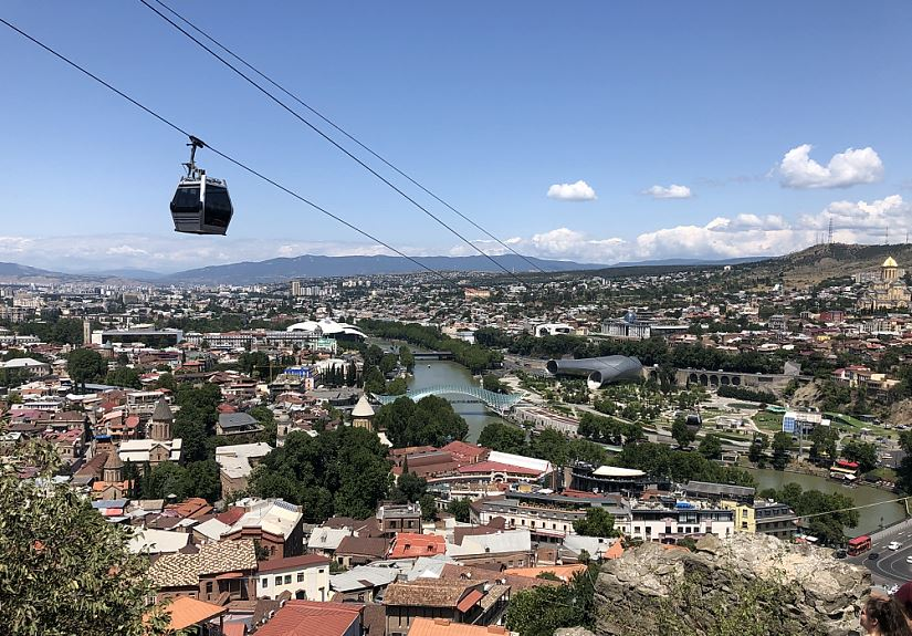Eine moderne Seilbahn führt in Tbilis, der Hauptstadt Georgiens auf den Narikala Berg   -   Ropeway to the Narikala mountain over Tbilis, the capital of Georgia