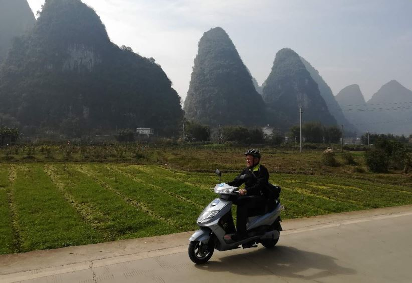 Entspannt durchs Yulong-Tal auf dem E-Mofa   -   Relaxed cruising the Yulong River valley by an E-Scooter