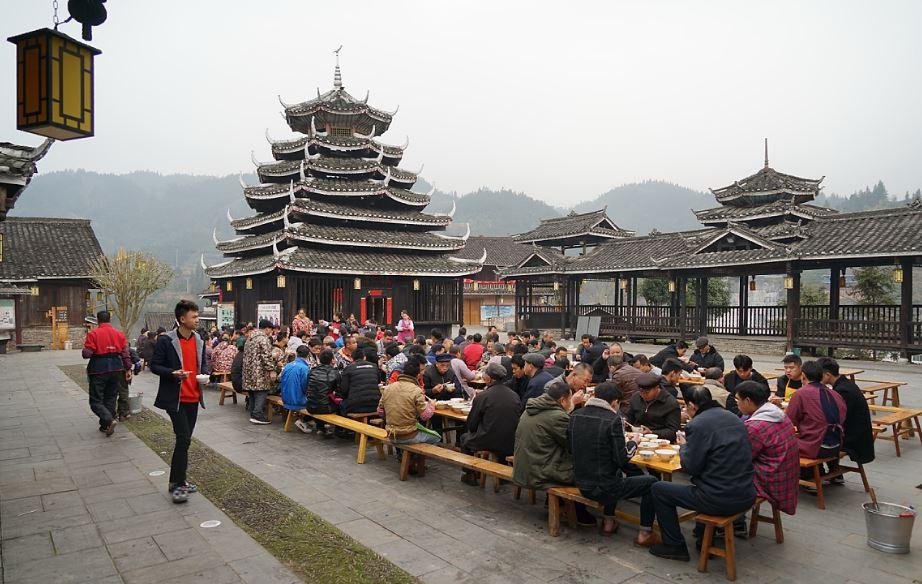 Traditionelles Gemeinschaftsessen der Einheimischen auf dem Versammlungsplatz   -   tradional gathering and lunch of local Dong people at the village tower
